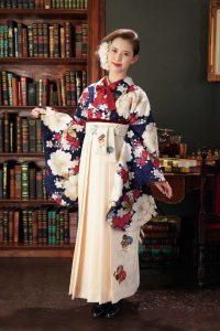 紺の着物に白い袴を着た女の子