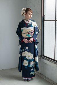 濃紺でシンプルな古典柄の振袖を着た女の子